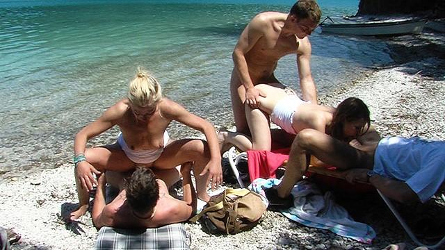Мужики около озера трахнули молодых шлюх в анальной оргии