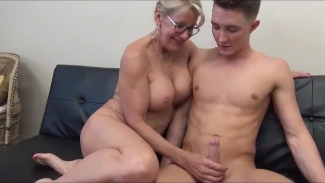 Опытная соседка учит девственника как правильно дрочить