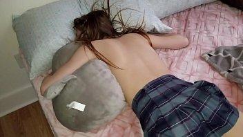 Мужик засадил спящей и пьяной телке член в попку на вписке