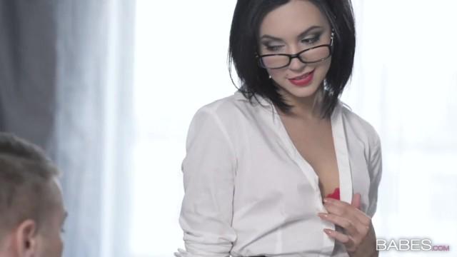 Секретарша соблазнила начальника ради секса за премию